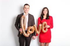 愉快的华伦泰` s天照片写真 在宽微笑的爱的夫妇,显示喜爱,老练公务便装样式 第14 febr 库存照片