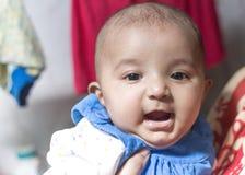愉快的印度女婴 免版税库存图片