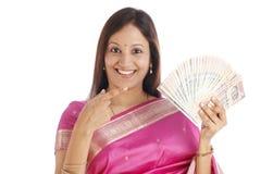 愉快的印第安妇女 免版税库存图片