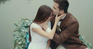 愉快的可爱的夫妇的敏感画象在爱的在漂浮在浪漫小船的时髦的葡萄酒布料装饰 股票录像