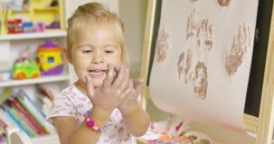 愉快的可爱的矮小的白肤金发的女孩艺术家 股票视频