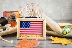 愉快的哥伦布日文本 美国假日的概念 美国的发现者 假日状态 免版税库存照片