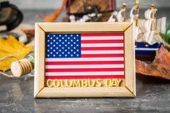愉快的哥伦布日文本 美国假日的概念 美国的发现者 假日状态 库存图片