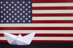 愉快的哥伦布日,了不起的国民美国假日 庆祝在第二星期一在10月 在被弄脏的阿梅尔的白皮书小船 免版税库存图片