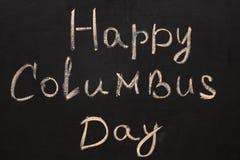 愉快的哥伦布日 在白垩的题字在一个黑黑板 免版税库存照片