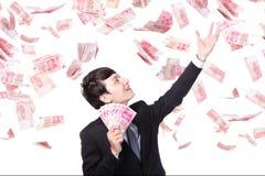 愉快的商人举行中国金钱 免版税库存照片