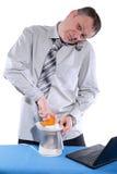 愉快的商人做橙汁 库存照片