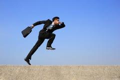 愉快的商人奔跑 免版税库存照片