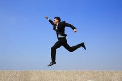 愉快的商人奔跑 免版税库存图片