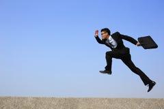 愉快的商人奔跑 免版税图库摄影