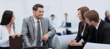 愉快的商人谈话在会议在办公室 库存图片