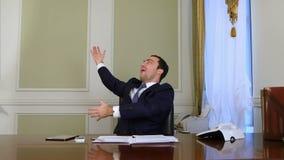 愉快的商人successed,感谢上帝和rasing手 股票视频