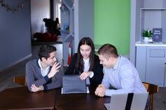 愉快的商务伙伴对成功和被赢得的票据满意 免版税库存照片