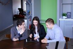 愉快的商务伙伴对成功和被赢得的票据满意 库存照片