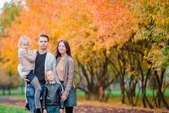 愉快的四口之家画象在秋天天 免版税库存照片