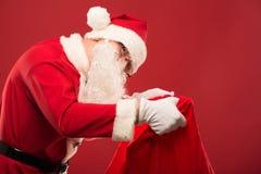愉快的圣诞老人画象有一个巨大的大袋的 免版税库存图片