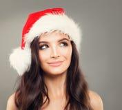 愉快的圣诞节圣诞老人帽子微笑的模型妇女 图库摄影