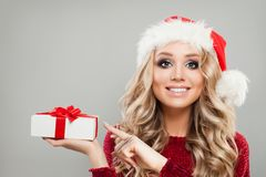 愉快的圣诞节妇女与圣诞节礼物的时装模特儿 免版税库存图片