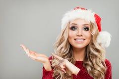 愉快的圣诞节妇女显示空的拷贝空间的时装模特儿 免版税库存照片
