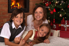 愉快的圣诞节家庭画象 免版税库存照片