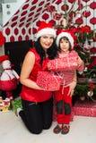 愉快的圣诞节母亲和儿子 免版税库存照片