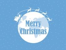 愉快的圣诞节,圣诞老人在与鹿的一个雪橇飞行在行星地球附近 背景路雪冬天 向量 向量例证