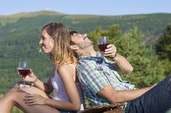 愉快的在一次远足的旅行的夫妇饮用的酒 库存图片