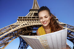 愉快的在埃佛尔铁塔前面的妇女探索的吸引力 库存图片
