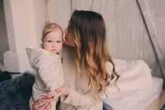愉快的在家使用在卧室的母亲和婴孩 舒适家庭生活方式 库存照片