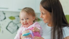 愉快的在家使用母亲和她的小快乐的女儿 影视素材