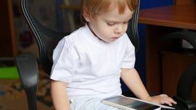 愉快的在智能手机和微笑的儿童观看的动画片 股票视频