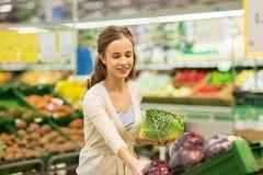 愉快的在杂货店的妇女买的开胃菜 库存照片