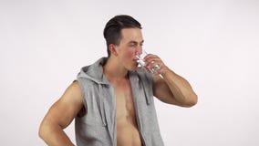 愉快的在解决的运动员饮用水在健身房以后,显示赞许 影视素材