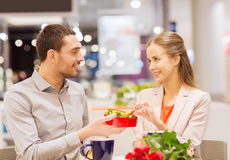 愉快的在购物中心的加上礼物和花 库存照片