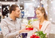 愉快的在购物中心的加上礼物和花 免版税库存图片