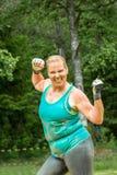 愉快的坚强的胖的妇女 免版税库存照片