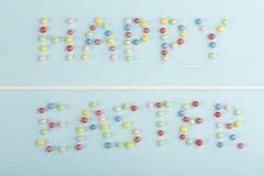 愉快的复活节消息用五颜六色的选矿做了 库存图片