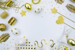 愉快的复活节贺卡的嘲笑 时髦舱内甲板位置复活节概念 金黄鸡蛋和白色背景 平的位置复活节 免版税图库摄影