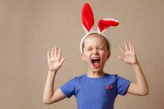 愉快的复活节 有兔宝宝耳朵的儿童女孩 免版税库存图片