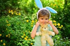 愉快的复活节 童年 蛋狩猎春天假日 爱复活节 家庭假日 小男孩孩子在绿色森林里 免版税库存照片