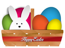 愉快的复活节兔子兔宝宝和鸡蛋在篮子 免版税库存图片