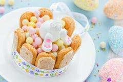 愉快的复活节兔子和五颜六色的甜点孩子的holid的 库存照片