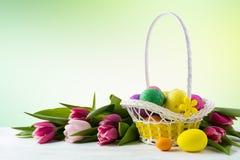 愉快的复活节典雅的背景用被绘的鸡蛋以黄色取暖 免版税库存图片