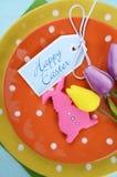 愉快的复活节明亮的颜色橙色,黄色和绿色圆点题材桌餐位餐具 库存图片