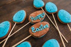 愉快的复活节甜点和点心装饰 免版税库存图片
