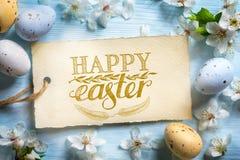愉快的复活节背景;春天花和复活节彩蛋 免版税库存图片