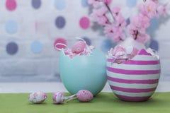 愉快的复活节 两个大五颜六色的鸡蛋 水平的射击 免版税库存照片