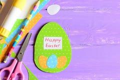 愉快的复活节贺卡、工艺工具和材料在紫色木背景与拷贝空间文本的 免版税库存照片