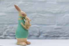 愉快的复活节 有婴孩的兔宝宝母亲 免版税库存图片