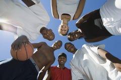 愉快的多种族小组有篮球的朋友 库存照片